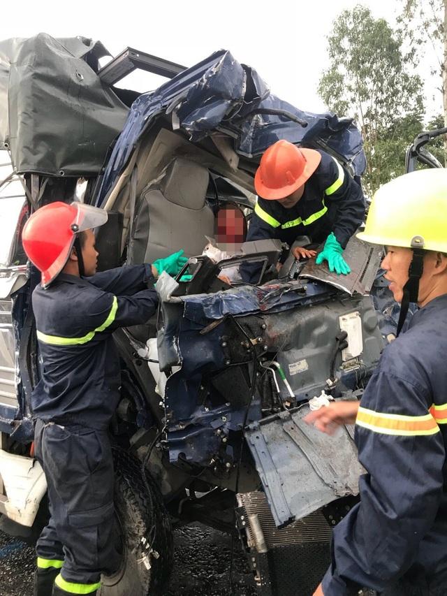 Giải cứu nạn nhân mắc kẹt trong đầu xe nát bét.