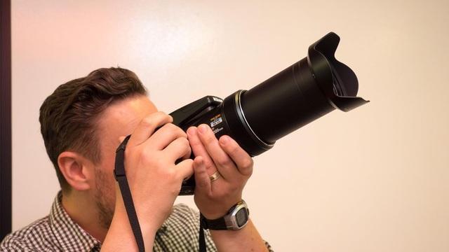 Hướng tới những người đam mệ chụp động vật hoang dã, thể thao và thiên văn, máy ảnh Nikon Coolpix P1000 là sự kế thừa cho chiếc máy ảnh P900 và có khẩu độ tối đa f / 2.8-8 và sử dụng cả hai yếu tố ED và Super ED bên trong ống kính.