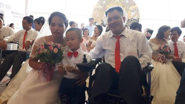 Vợ chồng anh Tiến, chị Thi cùng con trai tại lễ cưới tập thể. Ảnh: PT