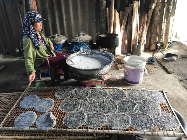Để có những chiếc bánh con, bà con chọn loại gạo khang dân 18, nêm thêm gia vị : tiêu, tỏi thêm 1 chút muối. Mang đặc trưng rất riêng. Ảnh: Mỹ Hà