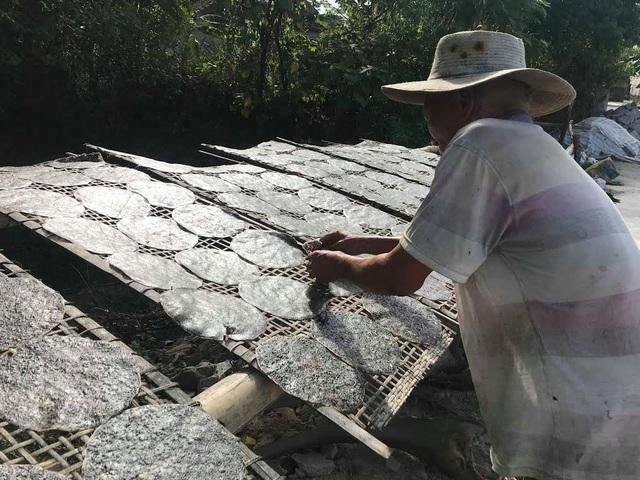 Dưới nắng nóng hơn 40 độ C, bà con vẫn luôn tay trở đều từng chiếc bánh để bánh được khô đều, không bị cong vênh. Ảnh: Mỹ Hà