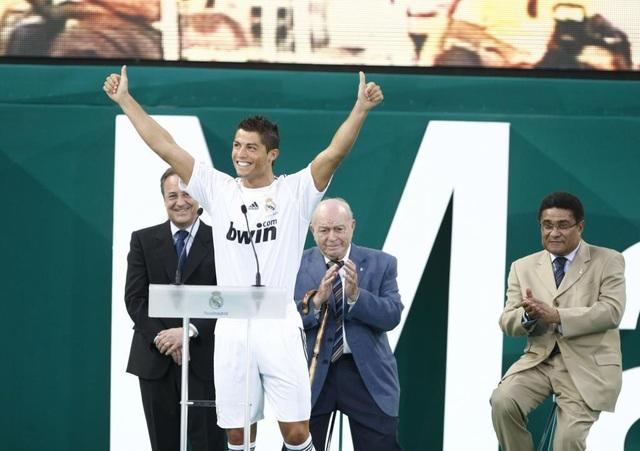 Năm 2009, C.Ronaldo chuyển tới thi đấu cho Real Madrid với mức phí kỷ lục 80 triệu bảng. Anh rạng rỡ ra mắt Real Madrid dưới sự chứng kiến của hai tiền bối Di Stéfano và Eusebio