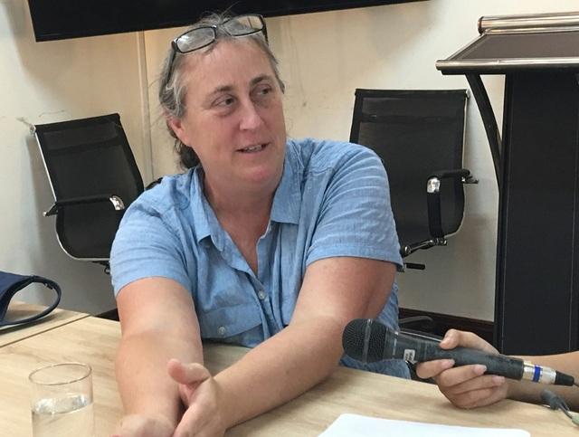 Bà Susan Hammond trò chuyện với các nhà báo trong chuyến thăm Hà Nội đầu tháng 7/2018 (Ảnh: An Bình)