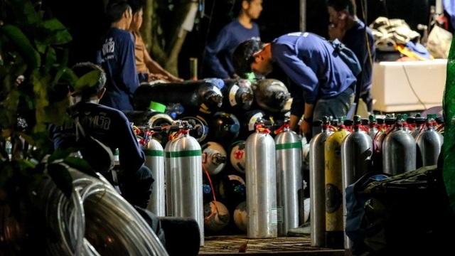 Hàng trăm bình dưỡng khí liên tục đưa vào trong hang để phục vụ kế hoạch giải cứu.