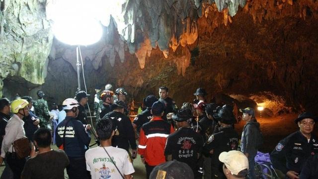 Đặc nhiệm Hải quân Thái Lan và các tình nguyện viên đã tập hợp lại để mở chiến dịch tìm kiếm, cứu hộ đội bóng vào hôm sau. (Ảnh: EPA)