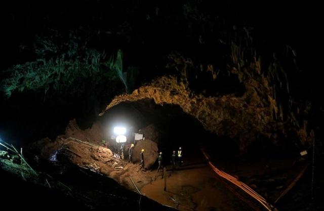 Trong khi phải chạy đua với nước, đội cứu hộ tiếp tục phải đối mặt với thách thức mới là lượng oxy trong hang cạn kiệt. (Ảnh: AFP)