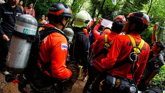 Đến ngày 30/6, trời bắt đầu tạnh mưa, chiến dịch tìm kiếm cứu hộ được đẩy nhanh tốc độ với hy vọng có thể kịp giải cứu các cậu bé mắc kẹt suốt 1 tuần trong hang. (Ảnh: AFP)