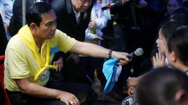 Thủ tướng Thái Lan Prayuth Chan-ocha cũng đã tới thăm hỏi người thân của các cầu thủ. (Ảnh: Reuters)