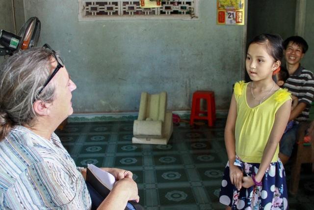 Bà Susan gặp gỡ một bé gái trong một chuyến công tác tại Việt Nam (Ảnh do nhân vật cung cấp) Ảnh: Khanh Mã