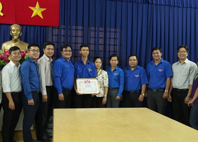 Sinh viên Thiều Quang Thanh Sang đón nhận Huy hiệu và Bằng khen Tuổi trẻ dũng cảm