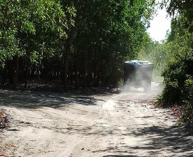 Xe chở cát ngang nhiên chạy từ hướng suối Bà Lễ ra