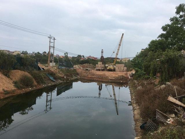 Theo một số người dân, nguyên nhân khiến cá chết có thể do tại khu vực này có một công trình đang thi công, đổ đất chắn dòng chảy của kênh nên khiến rác thải ứ động dẫn đến ô nhiễm nguồn nước.