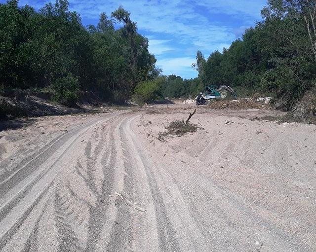 Đường khai thác cát giữa dòng suối.