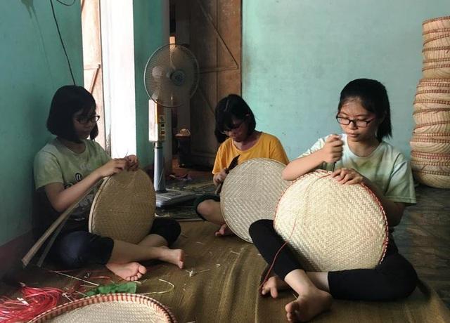 Ngay từ nhỏ, ngoài những buổi học, 3 chị em về nhà phụ giúp gia đình làm nghề
