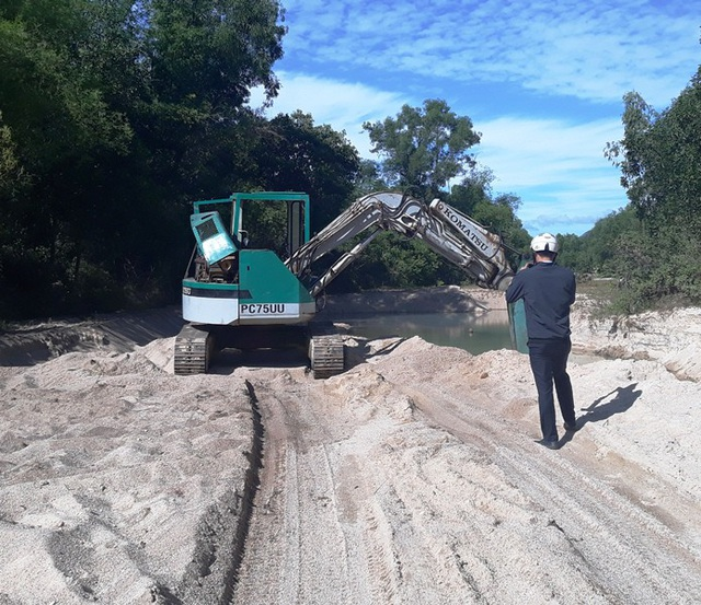 Hiện trường khai thác cát trái phép tại suối Bà Lễ (xã Cát Lâm, huyện Phù Cát, Bình Định).