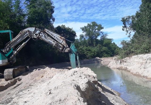 Máy múc cát ngay tại suối Bà Lễ nhưng chính quyền xã Cát Lâm nói khó xử lý.