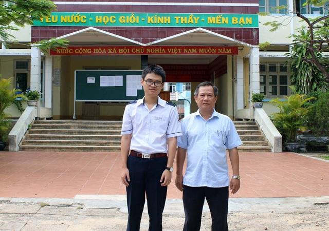 Thầy Huỳnh Tấn Châu và em Bùi Thanh Tầm tại trường THPT chuyên Lương Văn Chánh