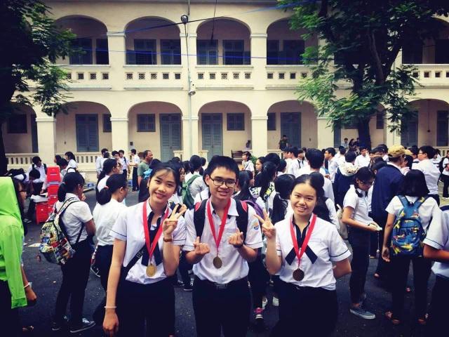 Em Bùi Thanh Tầm cùng nhóm học Tiếng Anh của mình (ảnh: NVCC)