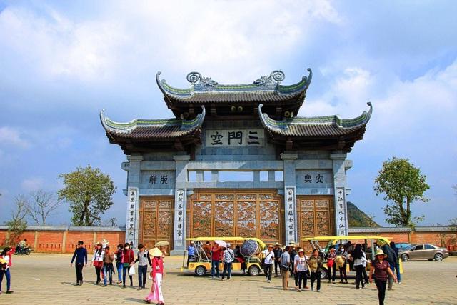 Tại chùa Bái Đính - ngôi chùa lớn nhất Việt Nam cũng có hai cổng Tam Quan khổng lồ đó là cổng Tam Quan nội và Tam Quan ngoại. Trong hình là cổng Tam Quan ngoại được xây dựng cao lớn, ghép bằng đá xanh. Bên dưới cửa cổng nguyên khối được đúc bằng đồng. Du khách mỗi khi đến tham quan chùa, không khỏi choáng ngợp trước cổng chùa lớn nhất Việt Nam này.