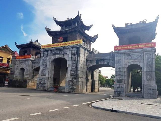 Cổng chào huyện Hoa Lư cũng là một trong những công trình cổng tam quan độc đáo ở Ninh Bình. Cổng xây dựng với 3 lầu, tam quan tách biệt có 2 lối cho xe cơ giới đi chính, đây là mái vòm nối giữa 3 tam quan với nhau. Nằm sát bên quốc lộ 1A, cổng chào huyện Hoa Lư gây sự chú ý với nhiều người dân khi đi qua đây. Cổng chào không chỉ là nơi qua lại hàng ngày của người dân địa phương mà còn thể hiện giá trị lịch sử văn hóa của vùng đất cố đô văn hiến.