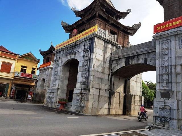 Cổng chào được xây dựng bằng bê tông cốt thép, bên ngoài ốp đá xanh. Bên trên, các lầu mái được xây và ốp gạch và khung gỗ lợp ngói. Mái của cổng chào cũng cong vút lên trời.