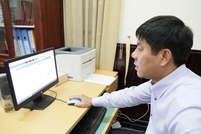 Phó Giám đốc Đại học Huế đang theo dõi dữ liệu và nhiều câu hỏi từ thí sinh, phụ huynh gửi về ngày 12/7