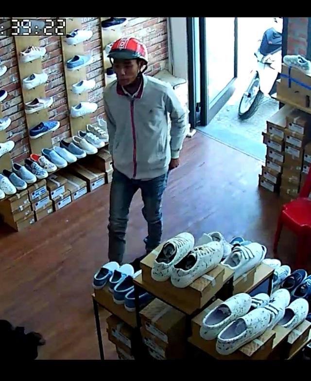 Một đối tượng vào cửa hàng giày trên đường Đống Đa lừa lấy tiền thối trong khi chưa đưa tiền mua hàng cho nhân viên