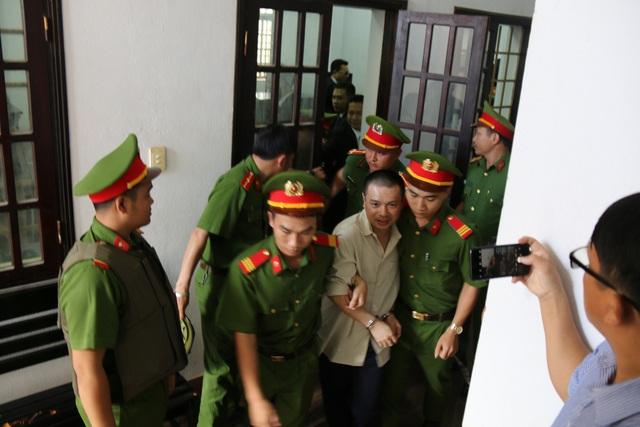 Bị cáo Hiến được công an dẫn giải ra xe sau khi bị tuyên y án tử hình