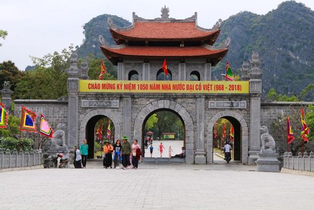 Cổng vào khu di tích cố đô Hoa Lư cũng được xây dựng theo kiến trúc tam quan và có kích thước lớn không kém Phương Đình và cổng vào di sản Tràng An. Khác với hai công trình trên, cổng di tích cố đô cũng có 3 cửa nhưng phía trên chỉ có một đài lợp ngói. Trên mái cũng xây dựng theo kiểu mái cong của mái đình, đền, chùa đặc trưng của kiến trúc phương Đông và Việt Nam.