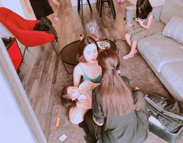 """Vừa rồi, hình ảnh nữ ca sĩ trong hậu trường chuẩn bị đi diễn khiến nhiều người bày tỏ sự ngưỡng mộ đặc biệt trước """"bà mẹ bỉm sữa"""" của showbiz Việt."""
