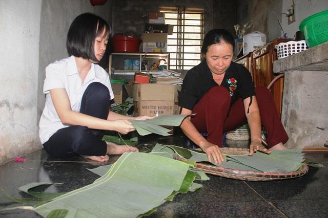 Hải Lý giúp mẹ làm bánh mang ra chợ bán