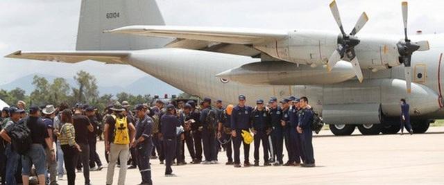 Lực lượng SEAL Thái lên máy bay ở sân bay quân sự Chiang Rai hôm 12-7 để trở về căn cứ Sattahip trên vịnh Thái Lan. Các thợ lặn nước ngoài cũng đang bắt đầu về nước. Ảnh: AP