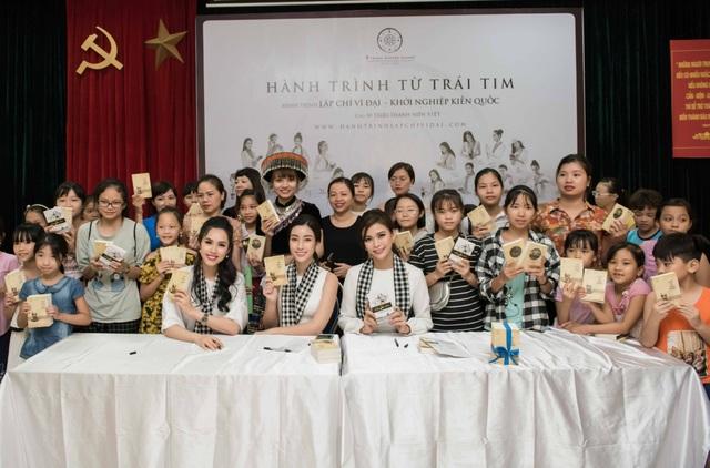 Mỹ Linh cùng các người đẹp xếp thêm sách quý cho thư viện Lào Cai - 1