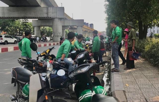 Không ít sinh viên đại học, cao đẳng trên địa bàn Hà Nội lựa chọn chạy xe ôm công nghệ trong thời gian nghỉ hè (Ảnh: Phương Ngân)