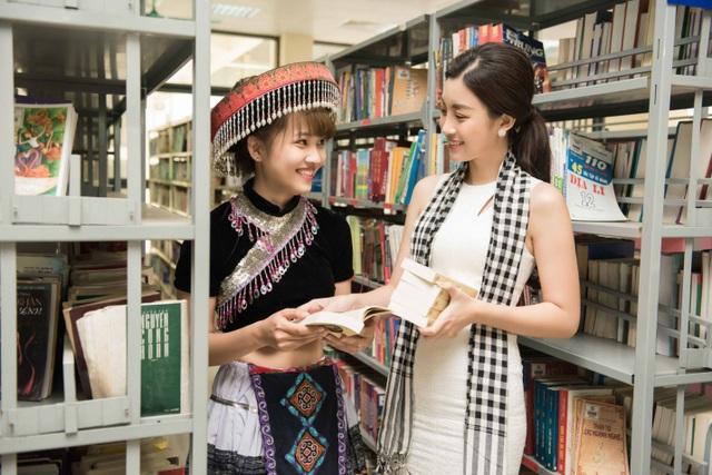 Mỹ Linh cùng các người đẹp xếp thêm sách quý cho thư viện Lào Cai - 4