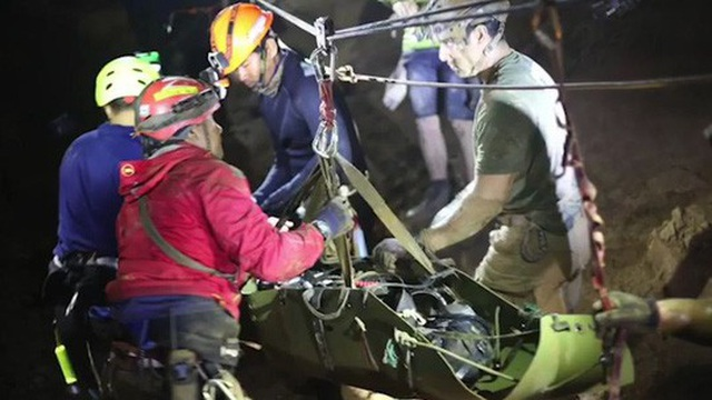 Những hình ảnh trong đoạn video của SEAL Thái công bố hôm 11-7, cho thấy các cậu bé được bó trong cáng đưa ra. Ảnh: 9 News