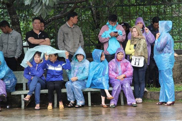 Người dân đội mưa theo dõi phiên tòa phúc thẩm