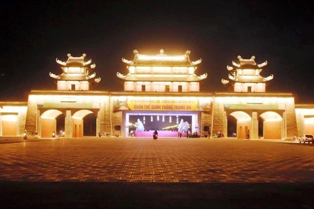 Cổng tam quan vào di sản Tràng An có 3 cửa chính với 3 lầu mái được xây dựng hình mái cong vút lợp ngói mang đậm chất dân tộc Việt. Cổng có 3 lối đi chính, của lớn chính giữa dành cho người đi bộ, cửa hai bên cho xe cơ giới lưu thông. Cổng được xây dựng trước khi quần thể danh thắng Tràng An được UNESCO ghi danh là di sản của nhân loại.