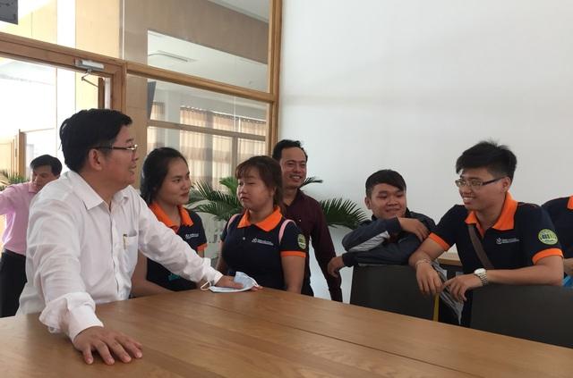 TS Trần Đình Lý (bìa trái) trò chuyện cùng sinh viên trường ĐH Nông lâm TPHCM
