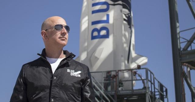 Jeff Bezos, người sáng lập Blue Origin, đang phát triển tên lửa New Glenn để cạnh tranh với SpaceX. (Nguồn: CNBC)