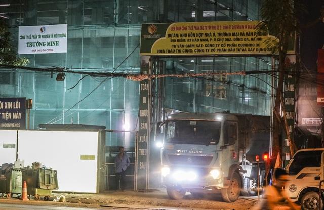 PV đã ghi nhận được những chiếc xe hổ vồ liên tục ra vào công trình xây dựng tại số 83 Hào Nam (Ô Chợ Dừa, Đống Đa, Hà Nội).