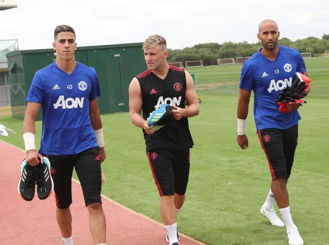 Thủ thành Grant (phải) đã có mặt cùng với MU. Vị trí thủ môn của MU đang tỏ ra khá chật chội khi đội bóng thành Manchester đang có nhiều thủ môn tốt như De Gea, Romero, Grant và cả thủ thành trẻ Joel Perreira