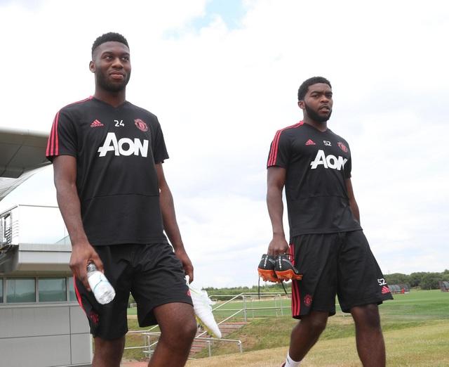 Tài năng trẻ Timothy Fosu-Mensah (trái) trở lại MU sau khi được cho mượn ở West Ham mùa giải trước