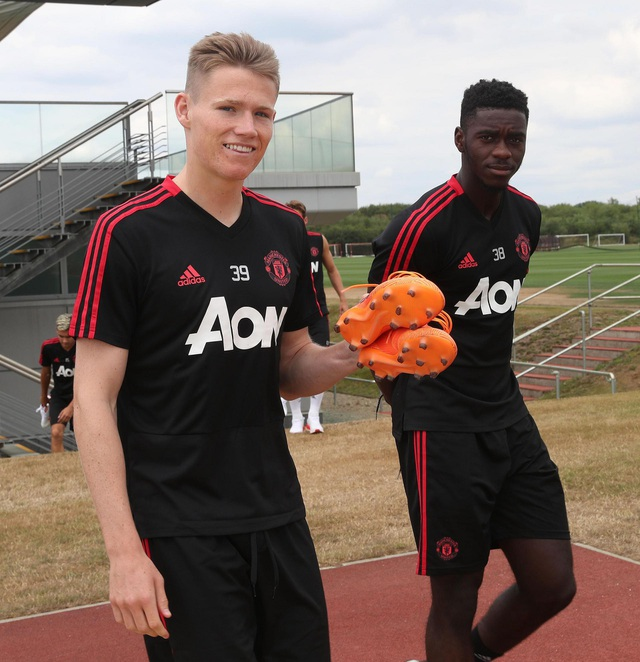 Tiền vệ trẻ Scott McTominay (trái) cầu thủ được HLV Mourinho trao danh hiệu Cầu thủ xuất sắc nhất CLB MU mùa giải vừa qua