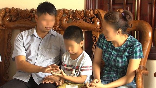 Vợ chồng anh Phùng Giang Sơn và cậu con trai bị BV trả nhầm cách đây 6 năm