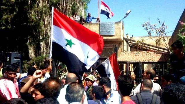 Những lá cờ của Syria đã được kéo lên ở thành phố Daraa sau khi quân đội đánh bại phe nổi dậy. Ảnh: PRESS-TV