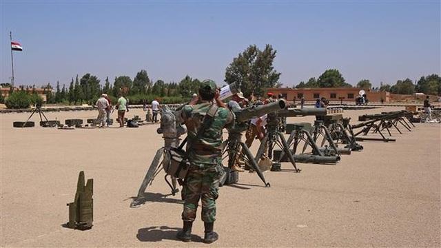 Lực lượng Syria trưng các vũ khí thu giữ từ các phiến quân tại căn cứ quân sự ở thị trấn Ezraa, tỉnh Daraa. Ảnh: AFP