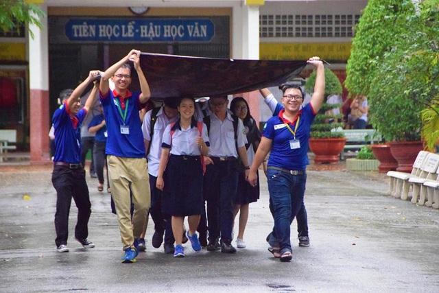 Hình ảnh màu áo xanh tình nguyện Tiếp sức mùa thi tiếp tục tạo ấn tượng tốt trong lòng xã hội.