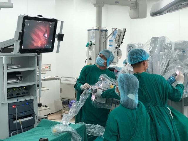 Cánh tay robot với sự linh hoạt cao đã giúp bác sĩ loại bỏ triệt để mô sừng tuyến ức cho người bệnh