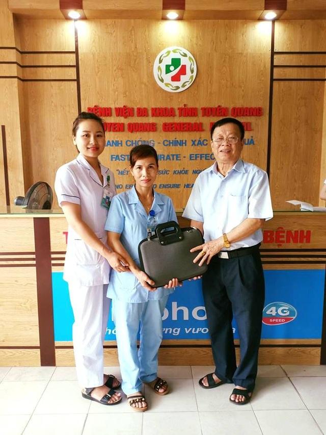 Ông Triệu vui mừng nhận lại chiếc cặp với nhiều giấy tờ cùng số tiền 50 triệu có trong cặp sau một ngày để quên tại bệnh viện.